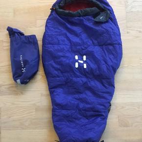 Babysovepose i fin stand. Blå udvendig, rød indvendig. Ca.96 cm.