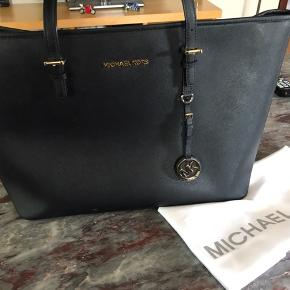 d1a05a99 Sælger min Michael Kors jet set taske. Har før brugt den som skoletaske i  gymnasiet