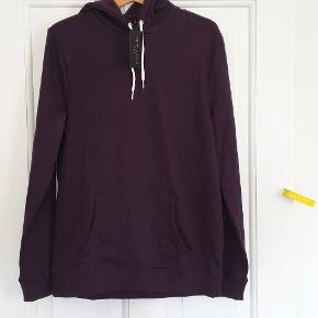 Helt ny og stadig med tags hættetrøje fra New Look. New Look Basic OTH Hoody BB str medium, mørklilla. Gennemgående frontlomme