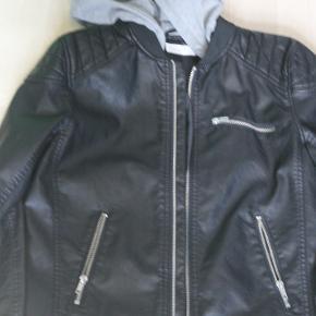 Smart skindligende jakke, som er blevet brugt 1 gang. Så den er stort set ny. kan sendes med gls for 50kr.
