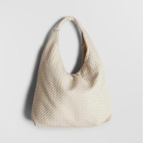 Den populære og udsolgte taske fra Gina Tricot i Bottega Veneta look.  Helt ny og stadigvæk i indpakning med prismærke mv.   Kan sendes eller afhentes på 2000 Frederiksberg metro st.