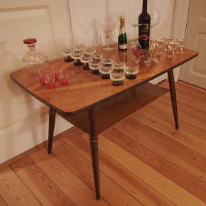 Barbord med underhylde fra 1950/60er. Længde Ca. 97 cm. Bredde Ca. 55 cm. Højde Ca. 59 cm. Bordpladen har patina små ridser. Trænger til en pudsning og rengøring. Prisen er fast. Kan afhentes i Århus N. /Trøjborg