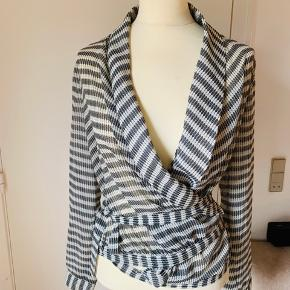 Så smuk og let skjorte bluse, i let stof, bindebånd i livet  Brugt få gange