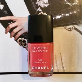 "Fin farve fra Chanel:  549 distraktion , kun prøvet på en gang. Kanten går et stykke over teksten ""les vernis"" så den er næste helt fyldt . Toplåg medfølger, æsken følger ikke med.  Kan sendes med Postnord som brev for 20 kr ved mobilpay. Søgeord: nail polish rød les vernis colour neglelakker neglelak inattendu"