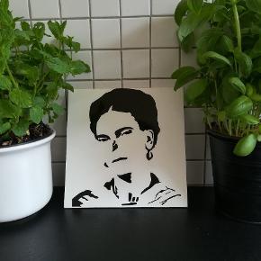 Skilt med tryk af Frida Kahlo. Måler ca 20x20. Hjemmelavet.