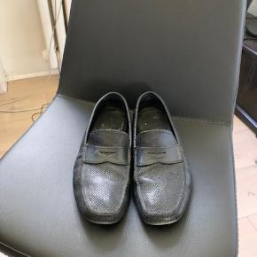 Skoen er brugt primært til at gå ud med skraldet og hjemmesko. Har intet OG med, men har en lanvin shoebox der kan komme med i købet