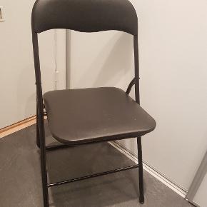 Der er 4 klapstole i alt med samlet pris til 40 kr. De er mere eller mindre slidte, derfor den lave pris, kan leveres hvis du bor i Århus.