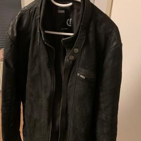 Jeg sælger denne fine læder jakke, den er næsten som ny, næsten aldrig brugt, den dufter stadig ny, så alt i alt meget fin stand, uden slid.  Jakken er i sig selv mat i farven og var det også da jeg købte den.