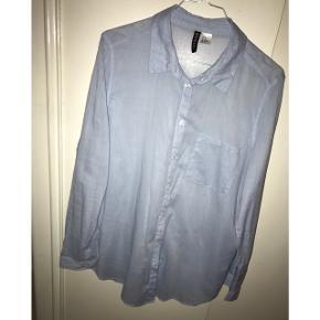 Super fin skjorte med tynde hvide og lyseblå striber