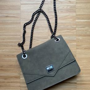 Rigtig fin taske fra Eros Denmark Kæden kan være dobbelt, for en kortere version og enkelt i længere udgave   3 rum plus en lynlås lomme   Uden brugsspor