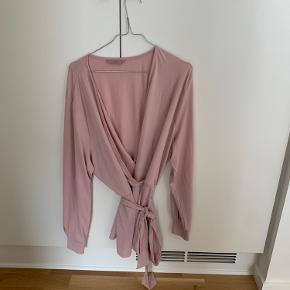 Super fin bluse fra H&M, med bindebånd i taljen. Aldrig brugt, da den desværre er for stor til mig