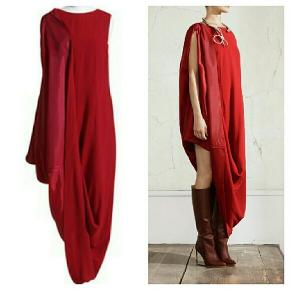 Flot og speciel kjole fra Margielas samarbejde med H&M. Kjolen er designet så den kan bruges som Maxikjole eller den kan foldes over den ene skulder for et asymmetrisk look. Str 36, vil også passe en lille 38. 500 pp