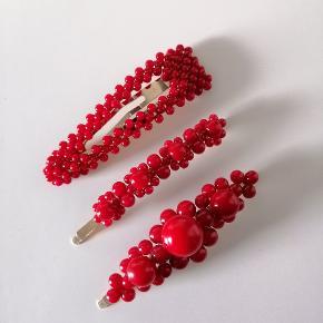 Røde perlespænder.  Måler ca. 8,5 cm.  KUN 19 kr. Pr. Stk.  Plus porto: 10 kr. Med PostNord.  33 kr. Med DAO.     Perlespænde perle perlespænder perler Spænder spænde hårpynt accessories perle Hårclip hårbøjle hårspænder smykker hårspænder hårspænde Hårpynt perlehårspænde