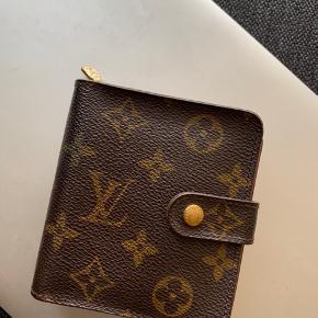 Compact Zipper Wallet Monogram fra Louis Vuitton. Købt på Vestiaire Collective i februar. God stand, vintage model.