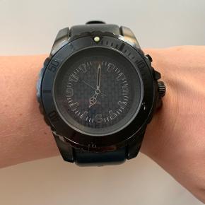 Mærke Kyboe. Herre ur, men hvis man er til store ure kan det også bruges til kvinder.  Det har desværre få skræmmer og en lille bule på skærmen (se sidste billede).  Skal have nyt batteri. Befinder sig i Hjerting.