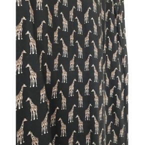 Smadder fin kjole fra H&M med giraffer på i str. 36. - næsten som ny.