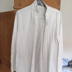 Skjorten blev Købt til galla i gymnasiet men passer mig ikke mere, derfor sælges den.  Stoffet er af en polo-lignende kvalitet af 100% bomuld.