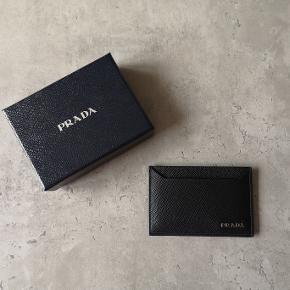 Lækker sort Prada kortholder. Den har aldrig været brugt og er perfekt som gave.
