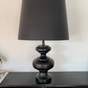 Fed lampe sælges.  Selve lampen fejler ingenting, der er dog en metal stang i selve skærmen der er knækket i toppen. Dette gør ingenting og skærmen kan sagtens støtte på den så man ikke ser det, ellers kan man lime den.  Ellers fremstår lampen super flot  Mål lampefod:  Højde 50 cm Bredde 20,5 cm   LampeSkærm  Diameter top 40 cm Diameter Bund 50 cm Højde 40 cm  Lampen sælges samlet.  Kan hentes i Ølstykke, ellers kan vi evt aftale at mødes et sted tæt på.