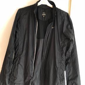 Varetype: Andet Størrelse: M Farve: Sort Prisen angivet er inklusiv forsendelse.  Dejlig jakke fra Nike som ikke fejler noget. God med den dobbbelt lynlås og god pasform.