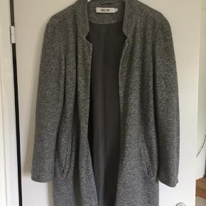 Frakke fra Vero Moda Næsten ikke brugt.  Kom med et bud eller spørg endelig løs🤩