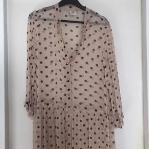 Helt ny kjole som er meget klædelig på. Underkjole følger ikke med. Ny pris er 2500,- venligst se mine andre annoncer