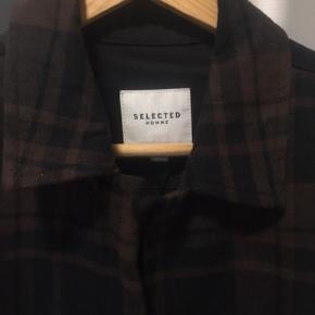 Hey, sælger denne fede Selected Homme overshirt. Virkelig god kvalitet. Minder mig lidt om min Saint Laurent skjorte hvis jeg skal være ærlig. Travis Scott har haft en lignede model på. Den er helt ny med tags og aldrig brugt. Blev købt for 700kr. Sælger den til et steal på kun 300kr, selvom den står helt ny!