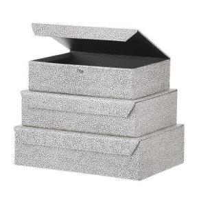 Æske | boks | kasse fra Bungalow  H: 7 cm L: 26 cm B: 20 cm  Æskerne er håndlavede med håndtrykt genbrugspapir. Har perlemorseffekt i papiret.  Nypris: 125 Aldrig brugt Prisen er fast  OBS: sælger ikke sættet, men kun én æske