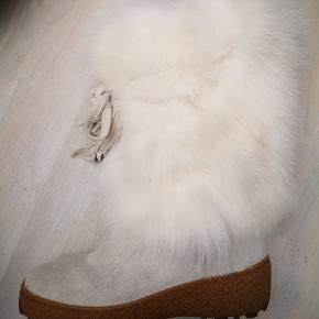 Varetype: FEDE STØVLER Farve: Hvid Oprindelig købspris: 3500 kr.  Rigtig lækker støvle til np 3500, moderigtig og kun prøvet på inden dørs og derfor fremstår ny, fejlkøb.  super varme støvler foret med italiensk uld.  Modtagelig for seriøst bud