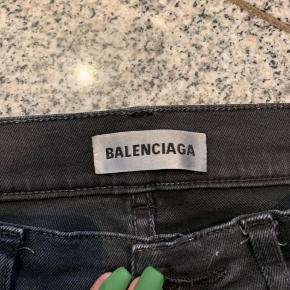 Super lækre bukser fra Balenciaga. Købte dem i 2018 til 4700kr. Derefter er de blevet sat med.  De er en størrelse 34! Og passer en str.34/36. Brugt max 4 gange. 😊  Kvittering tabt i flytning