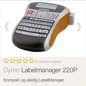 I fin stand og virker som den skal. Der følger en ny taperulle med i klar/sort.  6700/Rørkjær   Den kompakte LabelManager 220P har et QWERTY tastatur, som du kan betjene med tommelfingrene. Denne type tastatur gør det meget enkelt at indskrive tekst. Du behøver ikke at lede efter tasterne, du ved allerede hvor de findes på tastaturet.   LabelManager 220P tilbyder et stort antal funktioner. Den har alt det du behøver og mere til. Skab dine egne tydelige etiketter til alt fra sikkerhedsadvarsler til fakturafiler. Resultatet er en forbedring af din virksomheds professionalisme og en forbedring af effektiviteten i dit arbejdsmiljø.   Den alsidige LabelManager 220P udskriver professionelle etiketter på tre forskellige måder og tilbyder derfor mange muligheder. Da enheden er så lille er den let at tage med, hvorend du skal hen.
