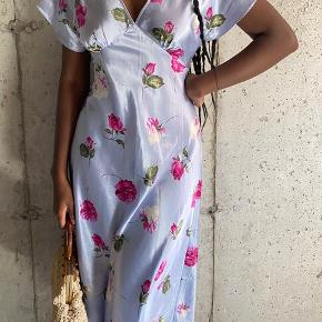 Gudesmuk kjole med det fineste blomsterprint fra American Vintage. Som ny.  Perfekt til sommerens sol og fester.  #trendsalesfund