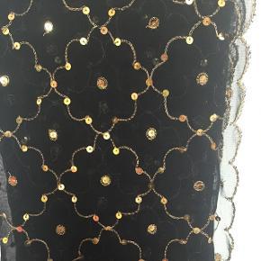 Smukt hovedtørklæde eller tørklæde/sjal med guldpailletter. Let transparent. Købt i Yemen ...