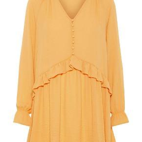 Sød kjole fra Vero Moda i str. XS. Sælges da jeg ikke kan passe den. Kan afhentes i nordvest eller Køge. Sender også gerne på købers regning.