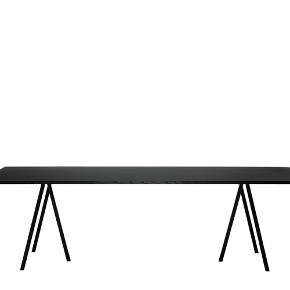 Hay Loop Stand, L200 x W92,5 x H74 Flot elegant bord fra Hay. Kan både bruges som spisebord og skrivebord. Sælges da jeg ikke har plads i mit nye hjem.  Købt hos Hay House på Østergade i København, kvittering haves.   Nypris 4849 kroner (Jeg er ret sikker på, dette var et tilbud. Bordet koster normalt 5299 kroner)  Skal afhentes på Vestre Teglgade i 2450 KBH