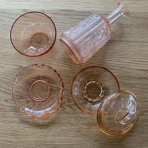 Italiensk vintage glas. En vaske, en lille skål, en tallerken og en bon bon skål med låg. Peach/koralfarvet. Købt på instagram for 750,- samlet. Sælges nu for 500,- samlet.