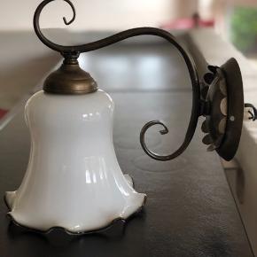 Fantastisk smuk art Deco væglampe i patineret messing og med utrolig flot og total intakt mælkehvid lampeskærm. En perle for kendere.  Højde inkl. Skærm 26cm Kan leveres i Aarhus efter aftale.