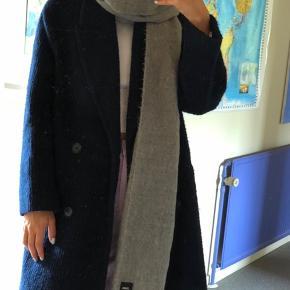 Gråt tørklæde fra Asos. Byd :)