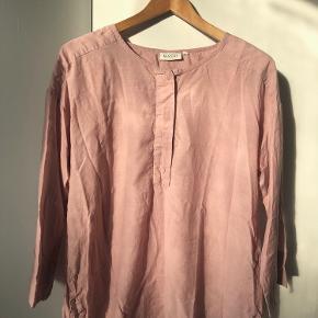 Skøn og meget rummelig skjorte eller tunika med skjult knaplukning. To ekstra knapper følger med. Længde 68 cm. Bryst 2 x 58 cm.