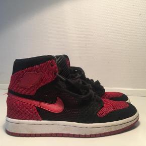 """De er 37,5. Brugt få gange.  Model Nike Jordan 1 flyknit """"bred""""  Kom med et bud, bytter ikke😊 Farve: Sort,Rød Oprindelig købspris: 1200 kr. Kvittering haves"""