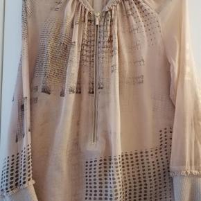 Varetype: Bluse Farve: smuk  Smuk silke/chiffon med guld lurex i krave og ærmer. Mærket er klippet af i siden.