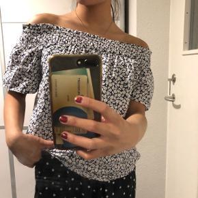 Smuk offshoulder trøje Str: 34 Prisen er ikke fast, så byd endelig :)