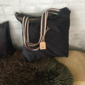 Mørkegrønne tasker i alcatara .  Ingen indvendige lommer 🌸 Str ca 45x 45cm