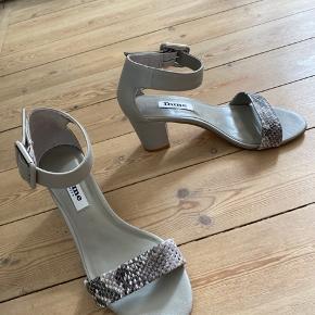 Super fine og behagelige sandaler fra dune London i str 37. Hælen er 6,5cm