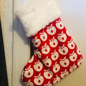 Brand: Retro Rhubarb Varetype: Julesok  Størrelse: Stor  Farve: Multi  Lækker julesok med plads til gode gaver :) Fås i alle mulige småfolk farver - se billeder!   PRIS: 179,- + fragt.