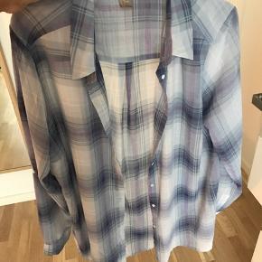 Skjorte i gennemsigtigt materiale. Mulighed for st smøge ærmerne op. Brystmål: 130 cm