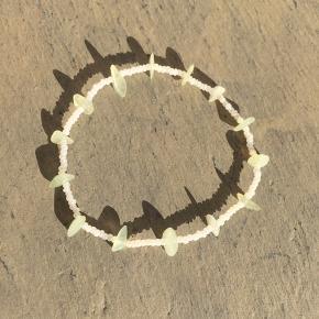 Fin ankelkæde på elastik med seed beads perler og helt lysegrønne sten.  Til en ankel på max 20,8 cm  Se også mine andre spændende annoncer 🙋♀️🤩