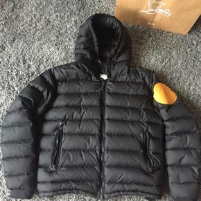 Sælger min MONCLER X OFF-WHITE Dinard jakke  Den er brugt i godt og vel 2 års tid   Jakken har en del brug tegn   Pris: 2400kr