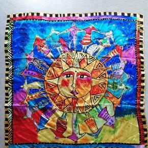 Super fint silketørklæde, som aldrig er blevet brugt eller vasket. Det måler cirka 85cm x 85 cm. Det har ikke som sådan et mærke, men er købt i en butik på Fanø som hedder 'Silken'.