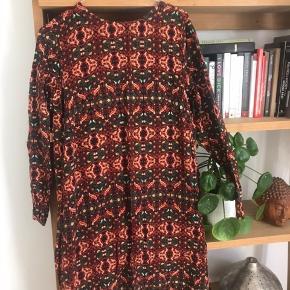 Flot mønstret kjole fra H&M med en lille åbning bagpå med knapper.  Kom med et bud og se de andre annoncer